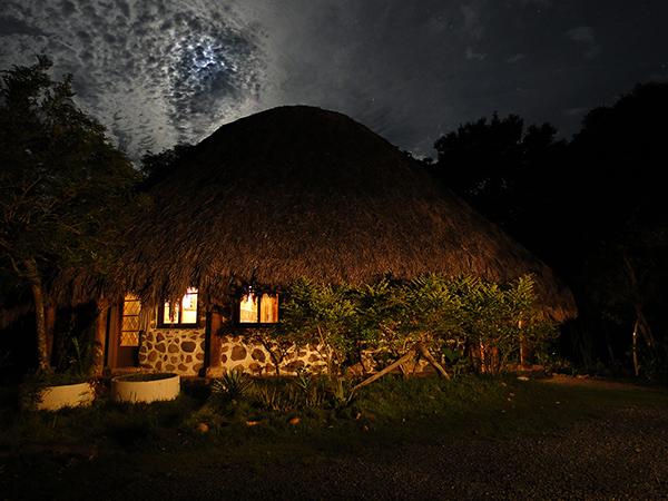 Pousada da minha Madrinha a noite, e a noite sempre assim, LINDA, estrelada e com nuvens! Foto tirada pelo meu irmão ^^
